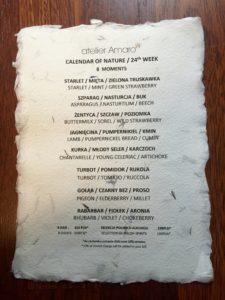 menu z atelier amaro na papierze z płatkami kwiatów
