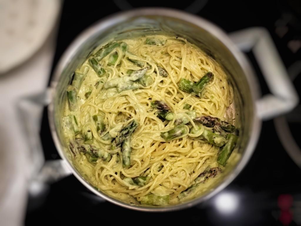 makaron spagetti ze szparagami w sosie śmietanowym