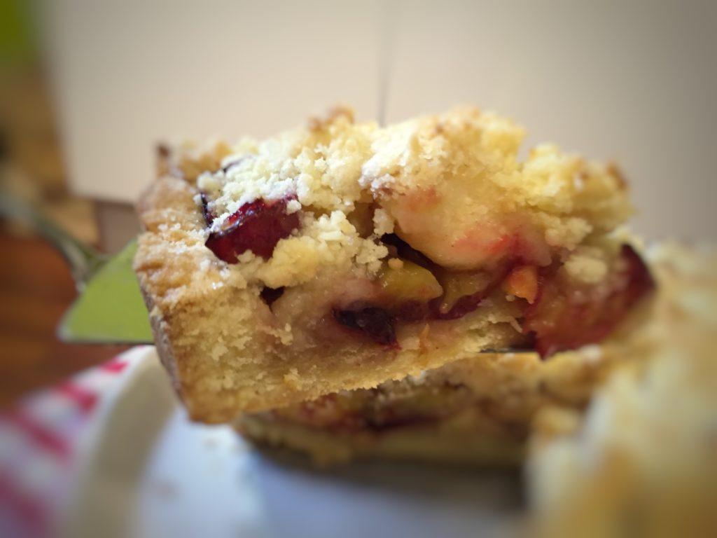 kawałek ciasta z owocami i kruszonką