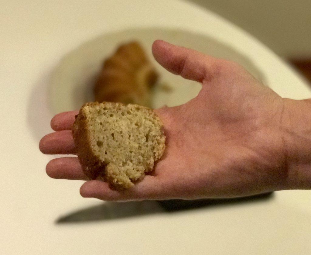 kawalek ciasta bananowego na dłoni